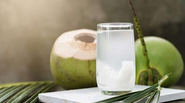 مصرف آب نارگیل معده درد را تسکین میدهد
