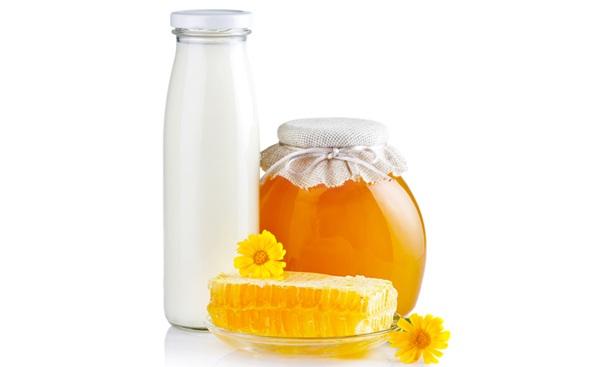 شیر، آب لیمو و عسل را مخلوط کرده و 20 دقیقه بر روی پوست خود بگذارید تا سفیدتر شود