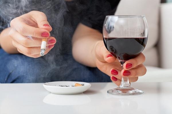 ترک سیگار و الکل به کاهش معده درد کمک میکند